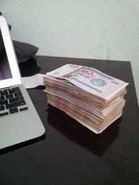 pieniądze przy laptopie