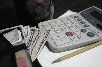 Kalkulator, pieniądze, ołówek i dokumenty